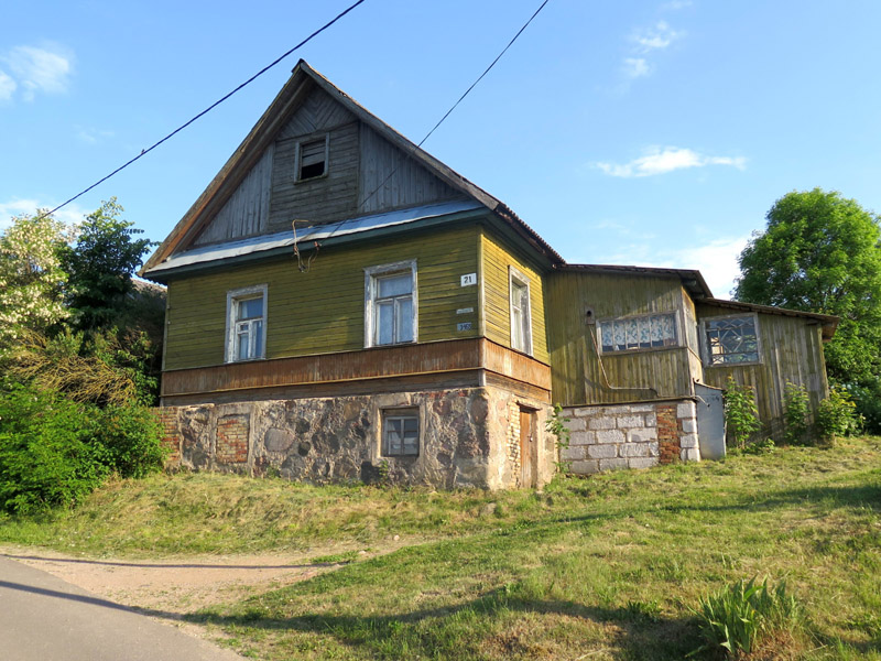 Старое, послевоенное, здание Шацкой школы на улице Середино.