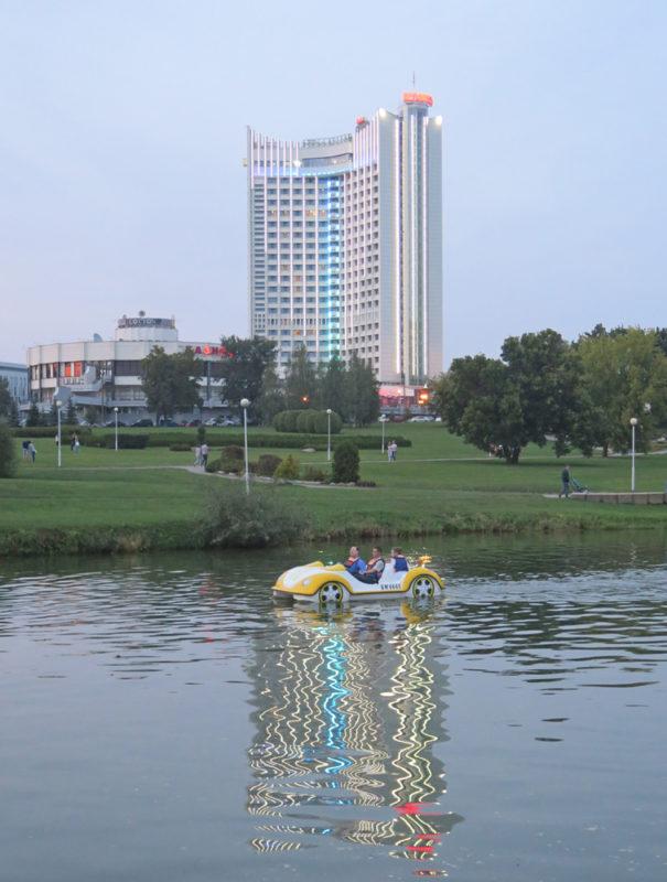 Минск, Гостиница Беларусь, отражение в реке Свислочь, прогулочный водный велосипед