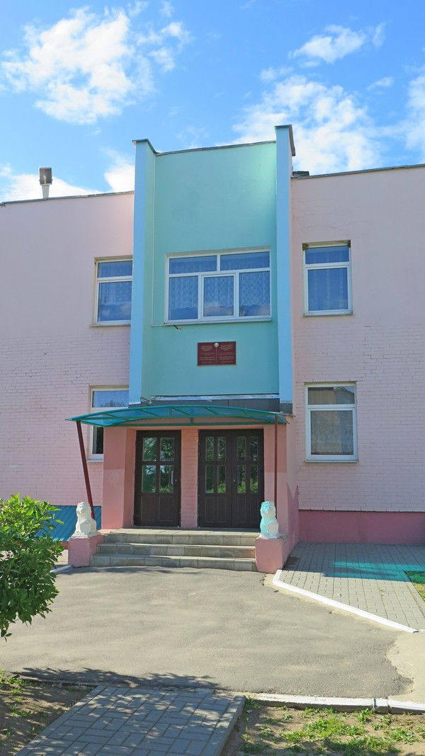 Петришковская средняя школа, вход