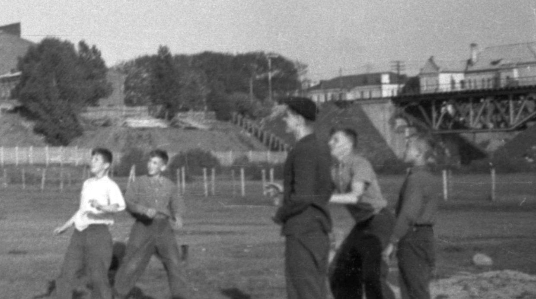 Игра с мячом, Октябрьская ул., Свислочь, Аранская 9.