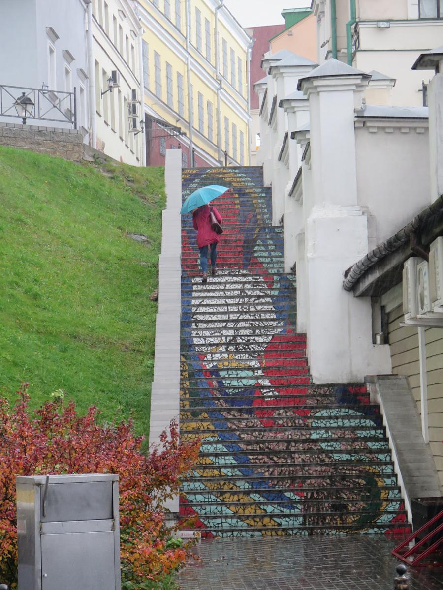 Минск, Верхний город, лестница от Керамина, девушка с зонтиком