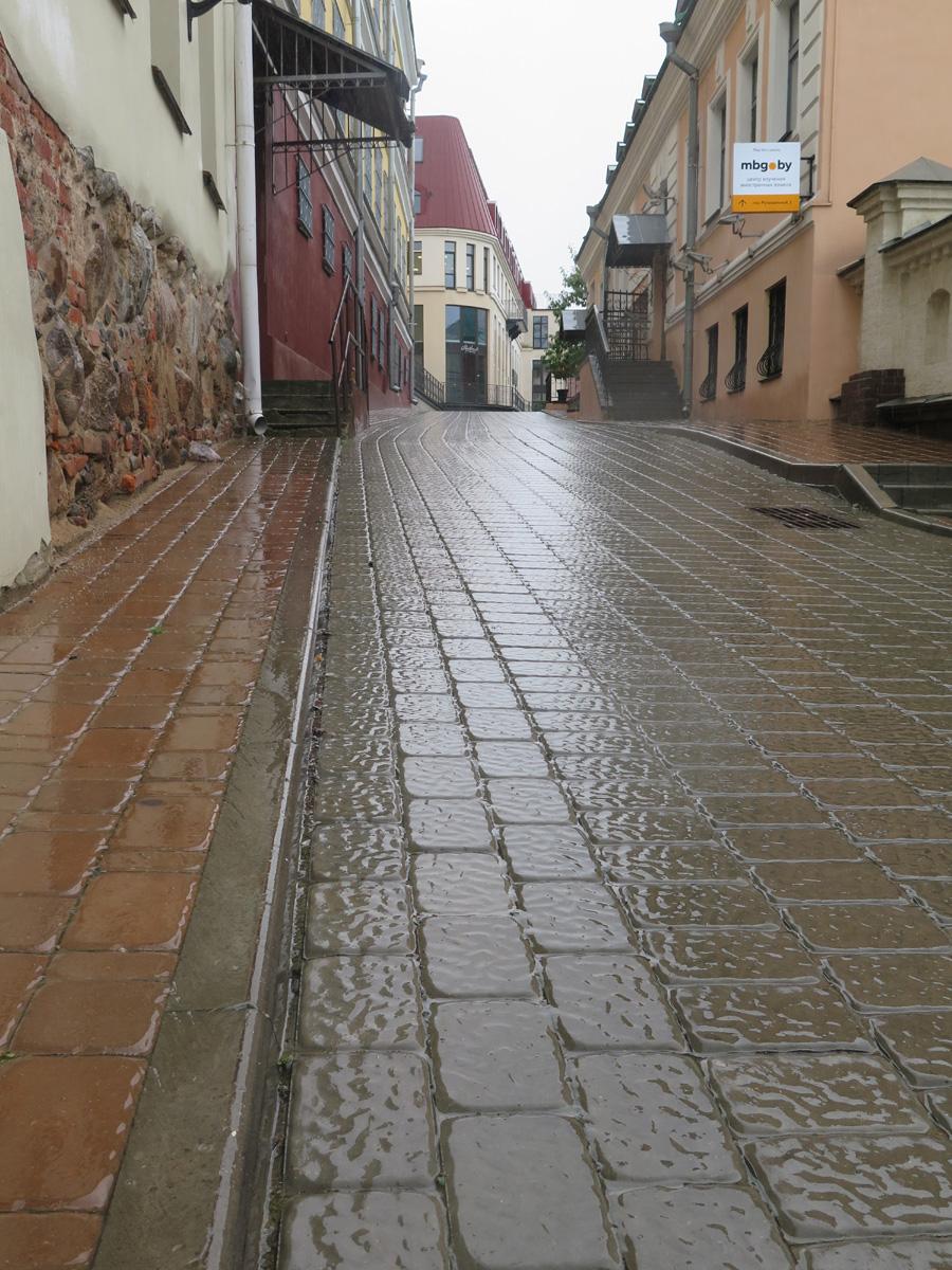 Минск, Верхний город, мокрая мостовая