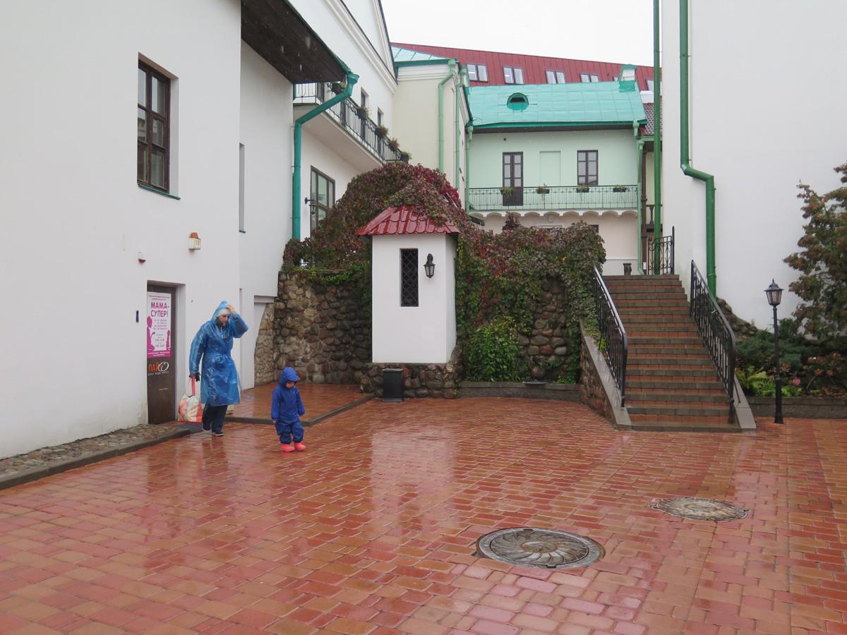 Минск, Верхний город, осень, мама с ребёнком в синих дождевиках