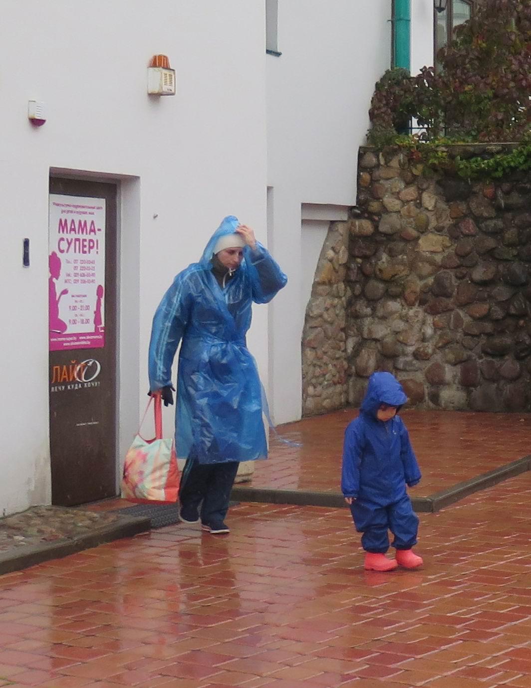 Минск, Верхний город, осень, мама с ребёнком в синих плащах
