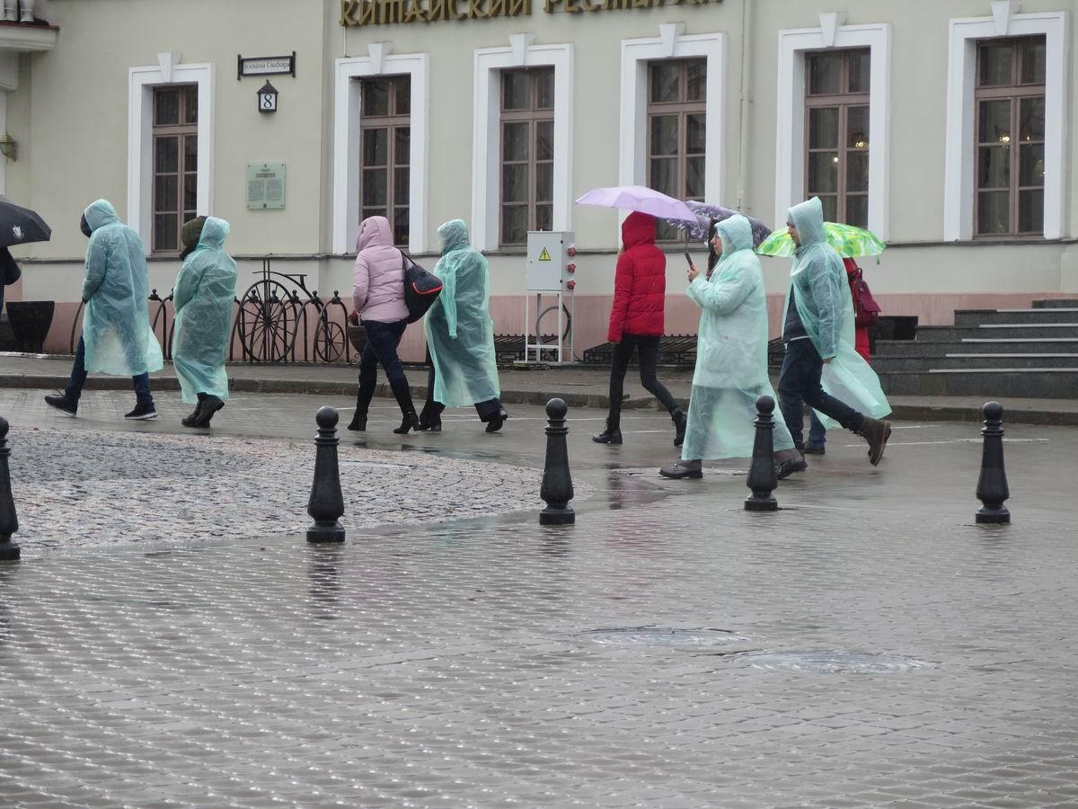 Минск, Верхний Город, туристы в плащах