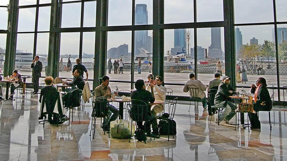 Нью-Йорк, кафе с видом на набережную