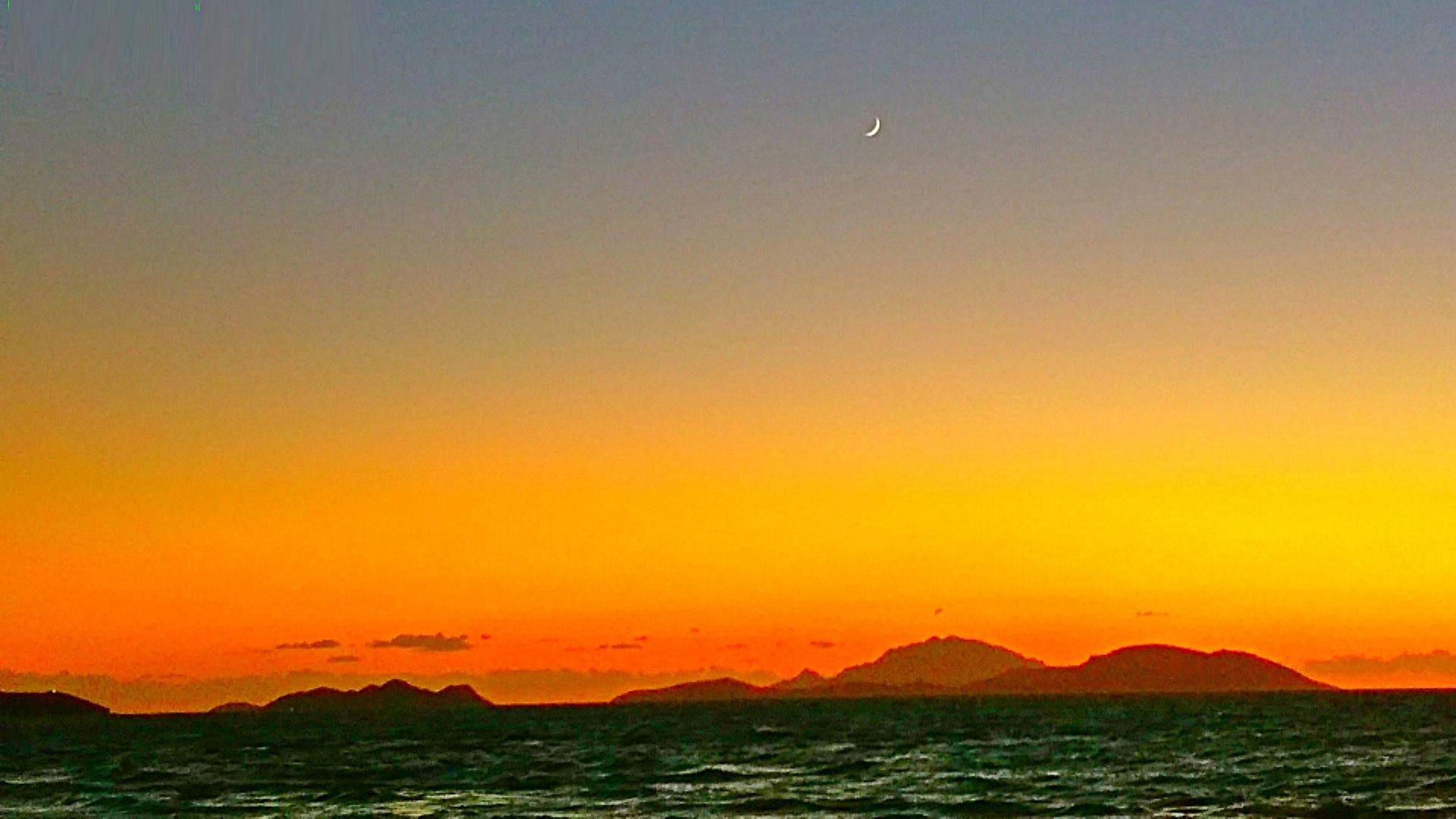 Закат над морем, полумесяц. Автор фото - Александр Фоков (Минск)