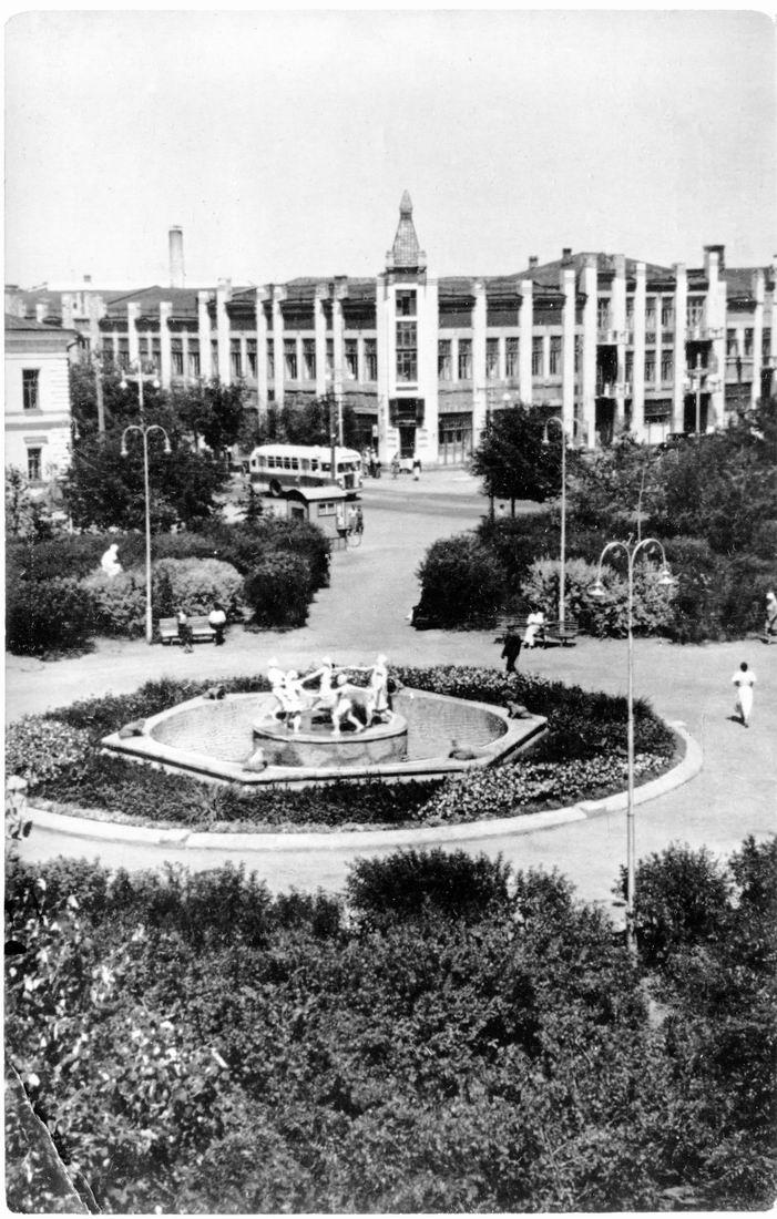 Оренбург, сквер им. Полины Осипенко, фонтан с лягушками, Дом офицеров